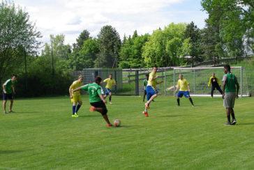 Fußballturnier auf dem neuen Rasenspielfeld